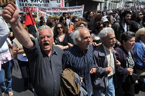Griekse harde werkers zingen hun dagelijkse strijdlied voordat ze weer de hand aan de ploeg slaan.