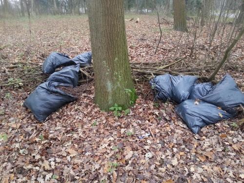 Afval van een hennepkwekerij gedumpt in het park bij mij om de hoek