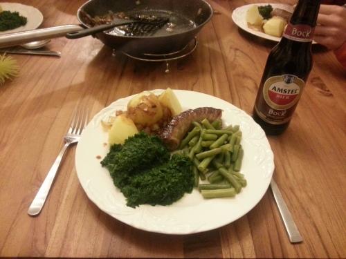 Een euro voor de aardappelen, de spinazie en de boontjes bij elkaar voor 2 euro en de worst voor 3 euro. Nog wat aardgas voor het koken en een euro voor het biertje voor papa.  Voor minder dan 10 euro eet de hele familie gezond.