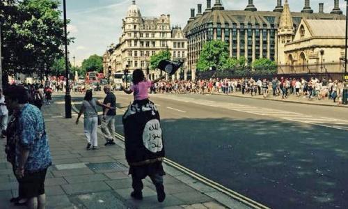 Britse moslims lopen gewoon met de ISIS vlag door London. En dan verbaasd zijn dat de Islam in een kwaad daglicht komt te staan?