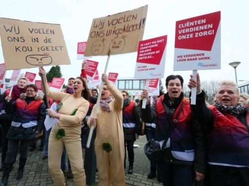 Een jaar geleden stonden de medewerkertjes van Verian nog met zang en dans 'rechtvaardige' lonen te eisen. Nu zijn ze werkeloos!  Wat zielig!